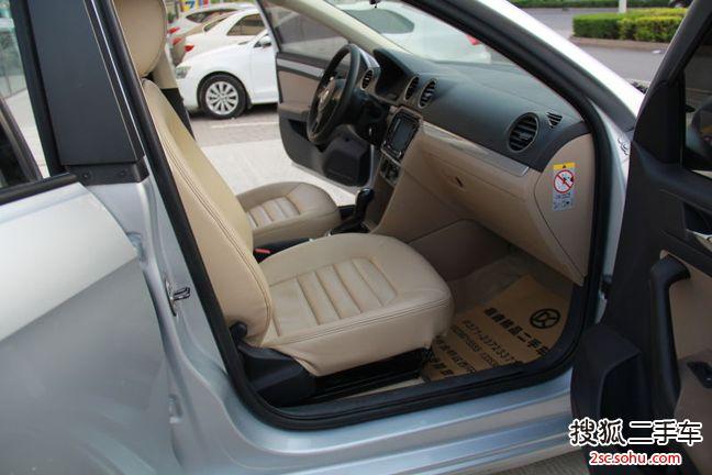大众 捷达 1.6L 自动舒适型 颜色:银色 排量:1.6L 上牌时间:2013年10月 里程:3.9万公里 一口价:8.8万元 新车完税价:11.91万元(裸车价10.83万元+购置税1.08万元) 立省:3.11万 综合油耗:6.6L100km(工信部) 配置:4门5座三厢车 前置前驱 6挡自动 天窗 ESP 电动车窗 CD ABS EBD 定速巡航 导航 倒车影像