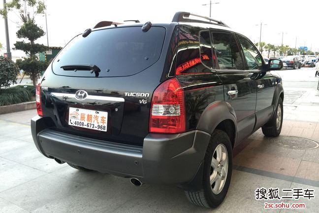 2006年2月上牌使用的现代途胜。自动四驱豪华型,搭载2.7升v6发动机,目前仅跑了9.6万公里,发动机变速箱好的不行。车主平时用的非常仔细,内饰基本上没有磨损,上海本地人很细心,保养都是用的最好的机油,黑色的外观大气耐看,适合任何场合。该车当年顶配车型,配置丰富,空间超大,底盘高,各种复杂路况都能通过,全车无任何事故,手续齐全,私家一手车,没有过过户,本司为您免费过户,包上沪牌,全国通用,并且每年代开委托,让您在老家就可轻松年检审车。喜欢的朋友赶紧下手,精品好车,仅此一辆! 1.
