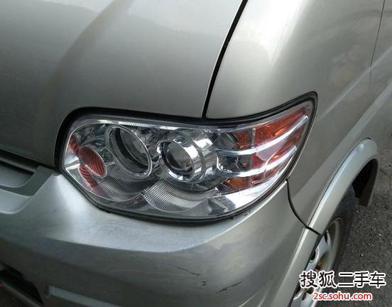 然后才可以推入一档,倒车灯亮一下,后车还以为小星星还是自动挡呢